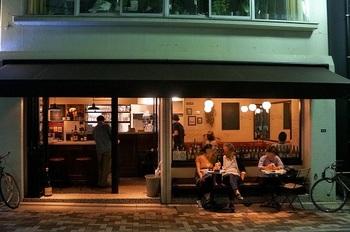 住宅街にひっそりと佇む隠れ家のようなビストロ「ル・キャバレー」。 ビストロらしい美味しい料理と、それに合うビオワインの数々。ほっこり落ち着く店内はいつも、会話とお酒、料理を楽しむ大人たちで賑わっています。