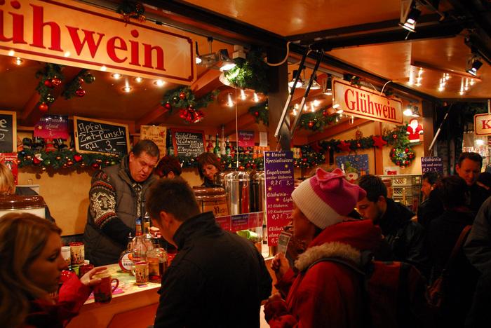仕事帰りやお休みの日に、家族や友人とクリスマスマーケットへ出かけて、グリューワインで乾杯。毎年この時期に飲めるグリューワインを楽しみにしている人も多く、お店の前は、寒さをものともせず立ち飲みしている人で溢れています。