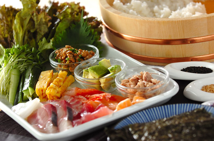 みんなでワイワイ手巻き寿司、途中で寿司酢がなくなってアタフタしてしまうことも多いと思いますが、寿司酢も自分で簡単に作ることができますよ!