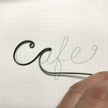 はじめに作りたい文字を紙に書き、ニッパーで文字に沿ってアルミワイヤーを曲げていきます。
