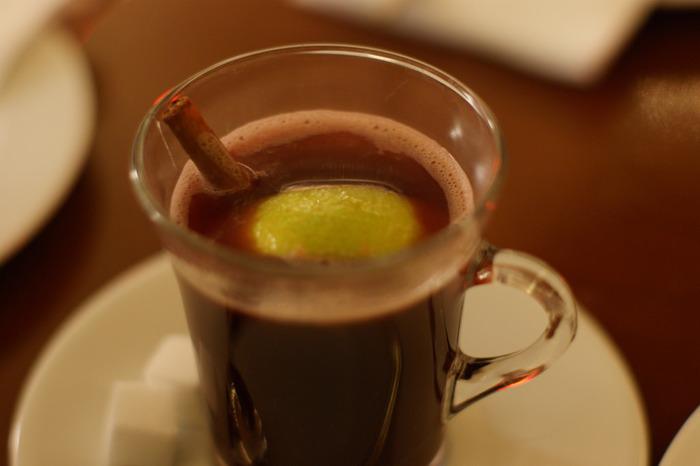「グリュー(Glüh)」はドイツ語で、赤々と燃えて熱を帯びるという意味を持ち、その名の通り、寒い冬に飲むと香辛料の効果で身体がポカポカと温まるワインです。