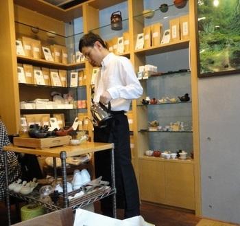 表参道からは新しいスタイルの日本茶カフェ「茶茶の間」。日本茶ソムリエ、和多田喜氏が運営しています。こちらのお店では厳選した茶葉を日本茶ソムリエが一杯一杯淹れてくれます。