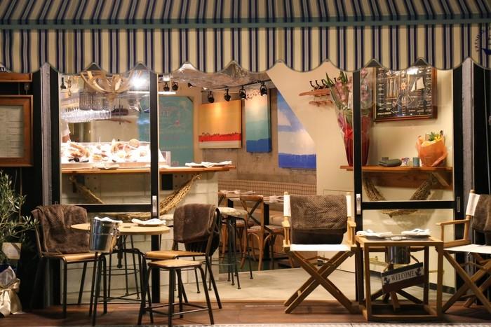 思わず海を連想したくなるような雰囲気を醸し出す、カジュアルなビストロ「Fresh Seafood Bistro SARU」。 店名の通り、新鮮な魚介類をふんだんに使った料理と相性のいい美味しいワインが自慢のお店です。