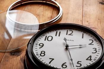 新しく買い換えるのではなく、リメイクして再び使うというのも物を増やさない一つの方法です。例えばこちらの壁掛け時計。まずはパーツに分けて、一番奥にあるプラスチック製のリングをスプレーで塗装します。