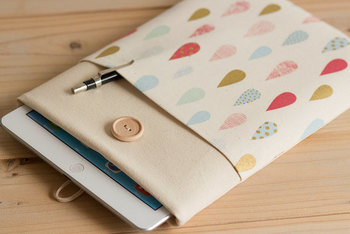 クッション性があるうえ、ぴったりサイズのケースは安心感がありますね。ペンなどの小物を入れられるポケットが便利です。
