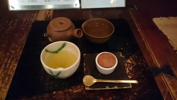 こちらは煎茶とお菓子セット。煎茶は「しっかり」「さっぱり」「まろやか」の3つからお好みによって選べます。