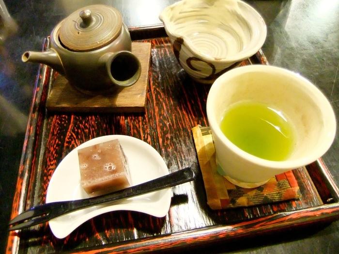 メニューは福岡の八女茶や鹿児島の天雅などの煎茶からパフェにかき氷、夜の部では抹茶ハイなどアルコールもあり。
