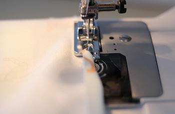 50×50cm程度の大きさの布の端を三つ折りして、ステッチで押さえます。  意外と面倒な三つ折りは、「三巻押さえ」を使えば、手間いらず。お使いのミシン専用のものがあるはずなので、手芸店などを探してみると良いですね。