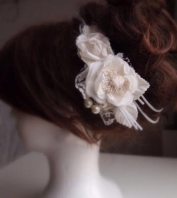 結婚式などのお呼ばれシーンに使えるヘッドドレス。
