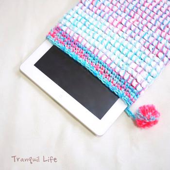 とびきりカラフルで弾むようなケースは明るい気持ちにさせてくれますね。アフガン編みのポンポンがアクセントです。