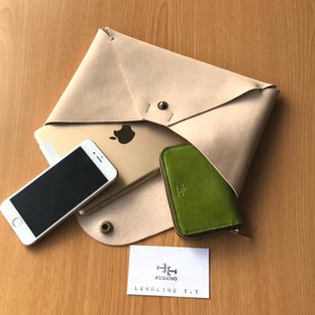 仕事にもぴったりのシンプルな革製のケース。お財布や名刺入れなどの小物をすっきりとまとめられます。