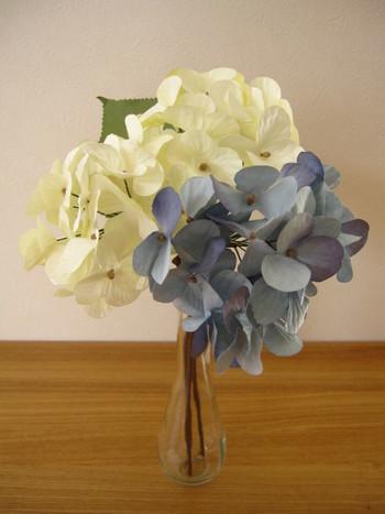 インテリアグッズも豊富で造花も充実しています。何本かセットと花瓶を合わせてもリーズナブルなところが嬉しいですね。