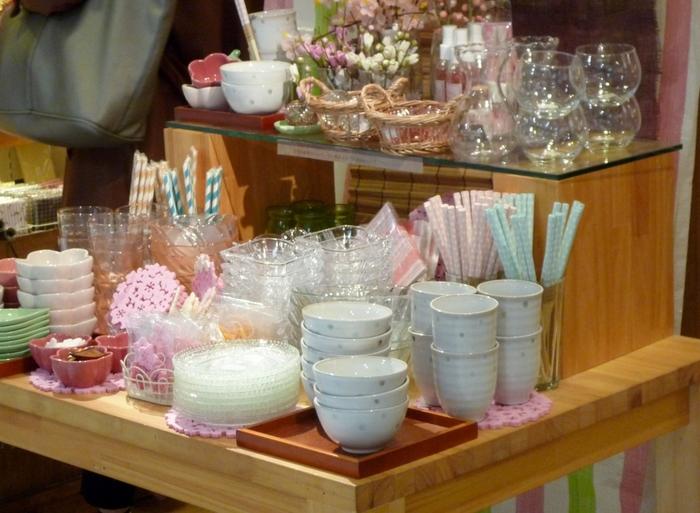 小鉢や小皿、コースター、箸置きなどテーブルコーディネートに気軽にプラスできるような商品がたくさん。