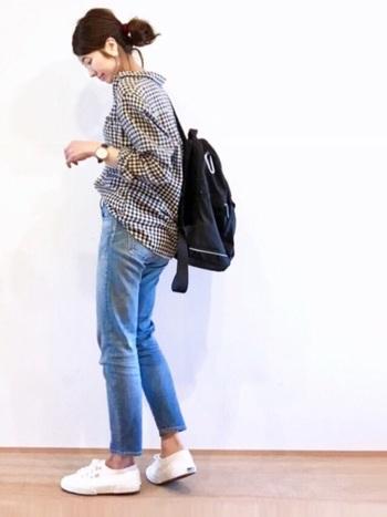 無印のギンガムチェックのシャツは、メンズサイズ。ユニセックスで着られるのも、無印の魅力のひとつですね。ゆるっとしたシャツは腕をまくって、華奢な手首を出して女性らしく着こなすのが◎。