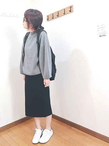 バッグだって無印で。リュックなら、容量もたっぷりで、どんな着こなしにもマッチ。ブラックのペンシルスカートや、白スニーカーと、定番のアイテムばかりでまとめても、お洒落にまとまります。