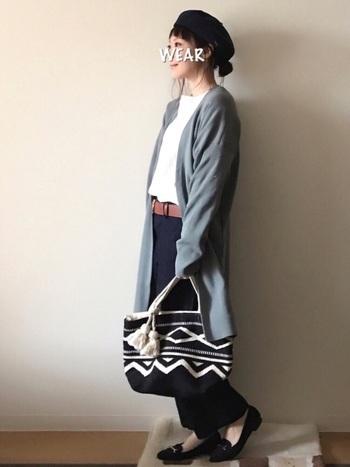 シンプルチノパンは、通勤にも普段にも使えそう。ベレー帽や、柄のバッグなど、小物使いで個性をプラスしてみましょう。