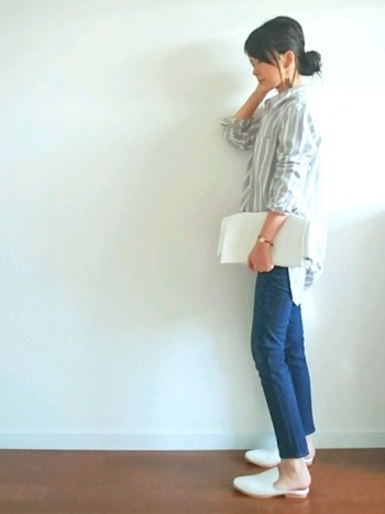 細すぎない、ナチュラルなラインのジーンズは、どんなアイテムにも合わせやすいですよね。ストライプのシャツにホワイトの小物で、春夏らしく爽やかな着こなしも◎。
