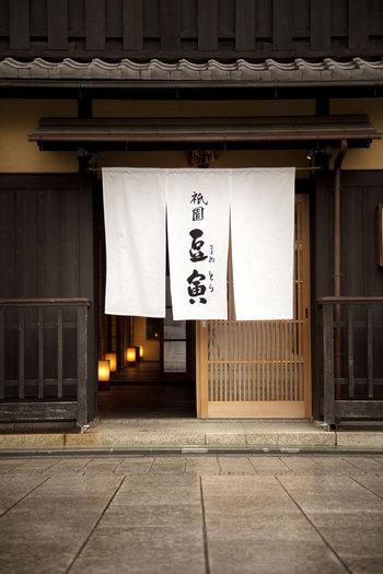 京都料理というと、おばんざいや京会席、湯豆腐など色々とありますが、実はお寿司もとてもオススメなんです。 見た目は他にはないほどの美しさで、味も一品のお寿司が食べられる、3軒のおすし屋さんをご紹介します。 入りにくいことも無く、連日女性に大人気のお店ばかりですよ。