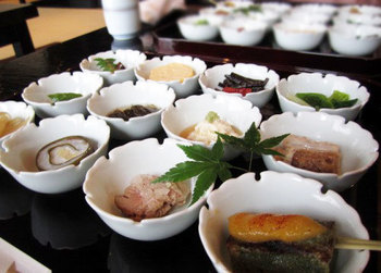 京都の美味しいものを少しずつたくさん味わえる豆皿料理。 素材や調理にもこだわられており、味も絶品です。