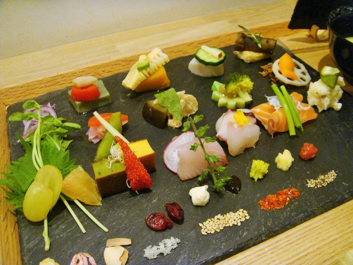 2014年に一乗寺から四条に移転したばかりの綺麗なお店です。 実はこれ、ちょこっと盛り付けられたたくさんの具材を、自分の好きなように巻いて食べるスタイルの手巻き寿司、その名も「手織り寿司」です。