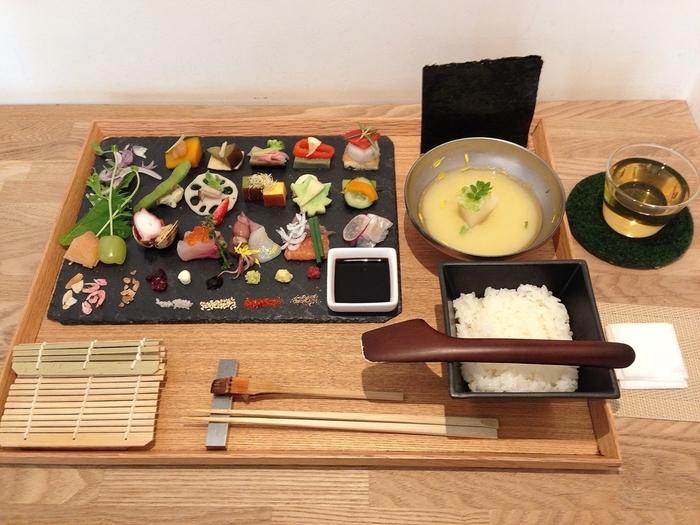 細巻きにしても、手巻きにしても、ちらし寿司にしてもOK! 食べ方に困ったときは、メニューと一緒に置かれている食べ方のイラストを参考にしましょう。