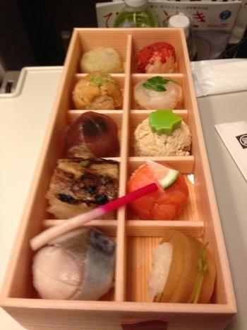 京都駅直結の「伊勢丹」でも購入することができ、帰りの新幹線の中でこのつまみ寿しを食べるというスタイルが人気です。