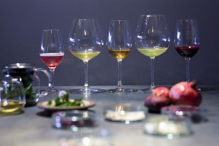 料理に合わせて少量ずつ楽める、シャンパーニュからデザートワインまでの6杯のアルコールペアリングもしくはノンアルコールペアリングが揃っています。 ボトルワインもぶどうの自然な旨味を大切にしたワイン造りを行っているフランスの生産者を中心に約100種類程のラインナップ。ワイン好きにはたまりませんね。
