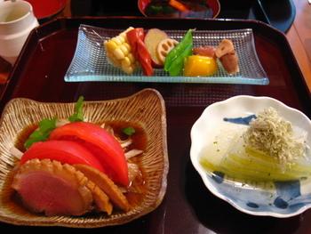 もちろんお寿司以外のメニューも充実しています。 ランチでは、おばんざい以上京料理未満の季節の味を、素敵な器で頂くことができます。