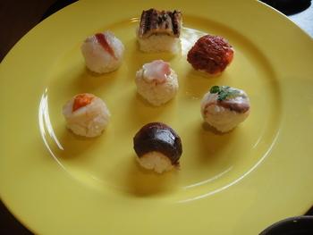生湯葉や生麩などの京都らしい素材も使用した、和菓子のような可愛らしいお寿司です。