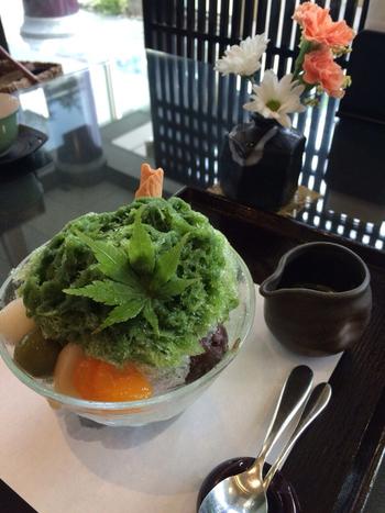 """抹茶パフェや、菓子と抹茶のセットといった、京都ならではの""""抹茶""""を使ったスウィーツも人気。 【画像は、抹茶団子や抹茶アイスがのった『抹茶のかき氷』。抹茶みつは、茶葉の風味濃厚で甘味も程良いと評判です。】"""