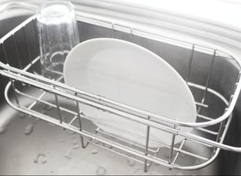 KEYUCA(ケユカ)の伸縮式の水切りカゴはシンク内での使用も可能で、使い勝手のよいタイプ。まな板がかけられるバーも便利に使えます。