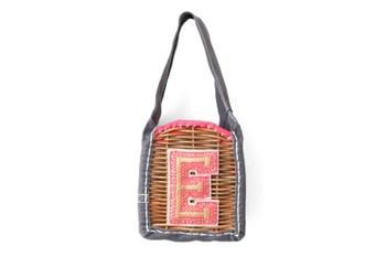 """エバゴスの""""E""""のワッペンがアクセントになった小さめのバッグ。 ワッペンも手刺繍で作られており、大人のかわいらしさが溢れています。"""