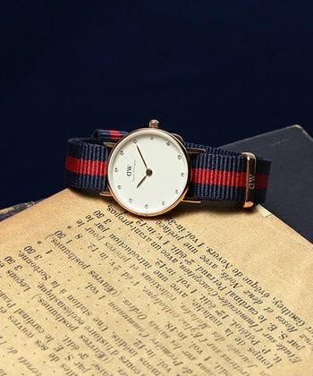 文字盤にキラキラ輝くのはスワロフスキー。 デニムスタイルもレディな雰囲気にしてくれる綺麗目さんにオススメな時計です。 こちらもシルバーがあります。