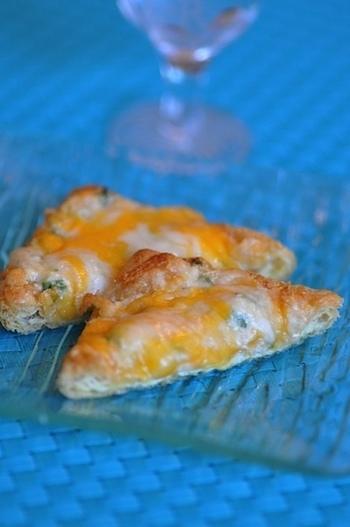 材料は、油揚げ、明太子、チーズがあればOK!トースターでこんがり焼いて召し上がれ♪簡単にできて、お酒が進んじゃう一品です。