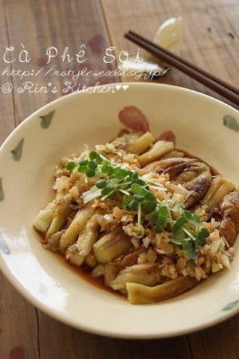 おつまみのおなじみ、焼きなすを中華風にアレンジ。ごま油と豆板醤の味付けは風味豊か*ポイントは上にのせた刻んだ干し海老とザーサイです。