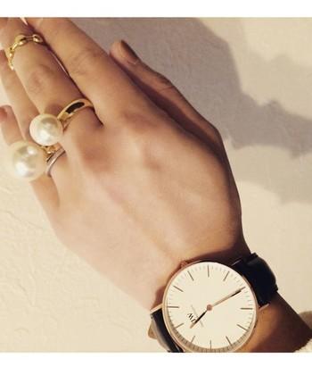 腕時計がとてもシンプルなので、大振りのアクセサリーとも相性良し。ケンカせずお互いをうまくひきたてています。