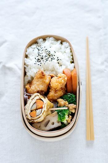 ゴロッとした野菜と唐揚げのややスタンダードなお弁当。全く違う雰囲気を味わうなら、思い切ってご飯を横半分に詰めてみるのも面白いかも!