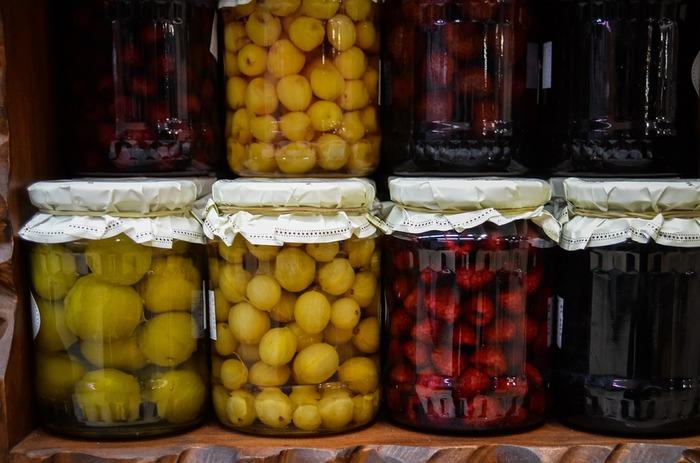 ジャムには水分を加えないのが普通ですが、コンポートには白ワインや果実酢などの水分を加えて作ります。だから、コンポートの出来上がりは水分が多めなんですね。