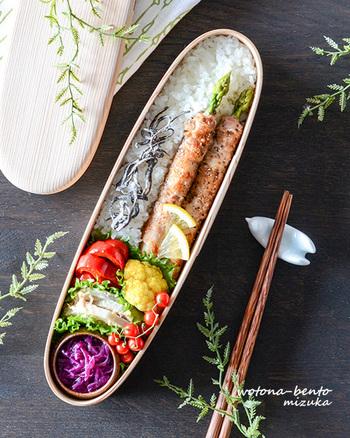 細長い形を生かして、下半分を野菜、上半分をさらに縦に割って、ご飯と主菜を添えています。意外に分割しやすかったりするのが、スリム型弁当の魅力のひとつかも。