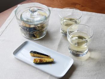 ガラスの透明感とゆるやかなフォルムの浅漬鉢は、キッチンからそのまま食卓へ出すこともできます。
