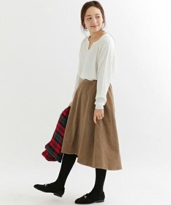 重くなりがちなコーデュロイ生地でも、ふんわり揺れるこのスカートならナチュラルにコーデしやすいですよね!間延びしやすい長めのスカート丈をやや高めの位置でトップスをINして。