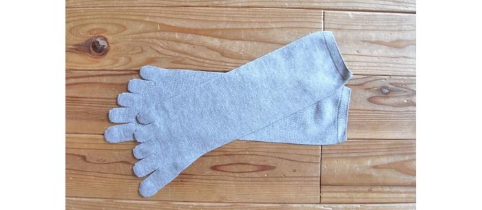 4枚履きの2番目に履くソックス。 コットン100%の柔らかさ、そして質の良さが実感できる1足です。  こだわりの設計で、親指側の骨格に沿った滑らかなラインになっていますので、スッと履くことができますよ。