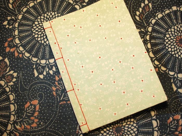 「和綴じ」の元は中国で発祥した製本技術です。それが平安時代に日本に伝わり、やがて日本独自の発展を遂げました。