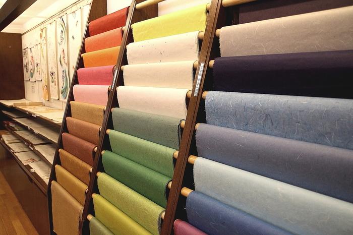 和綴じには、その特製を活かすために日本古来の製法で作られている和紙が使われることが多いです。