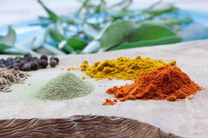 カレー粉は、18世紀ごろイギリス人がインド料理を作る時に簡単にできるよう、数種類のスパイスを組み合わせた混合香辛料です。ターメリック、クミン、コリアンダー、クローブ、シナモン、フェンネル、パプリカ、カルダモン・・・とさまざまなスパイスが入っているんです。