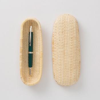 千年を超える伝統工芸品の柳行李を、日用品として使いやすいペンケースに仕上げました。唯一の国内産地である兵庫県豊岡で作られる柳行李ペンケースは、丸木と麻糸を使って丁寧に編み上げられています。