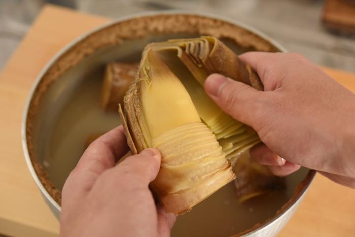 ■STEP3 手で触れるほど冷めたら流水でよく洗い、縦に入れた切り込みから皮を剥けば下ごしらえ完了です。