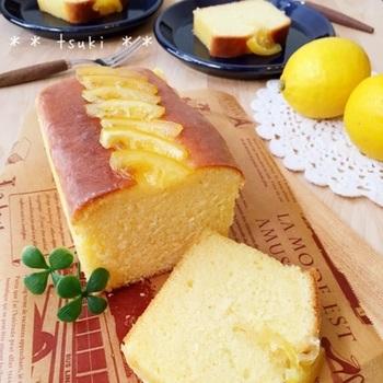 かなりしっとりした美味しさのウィークエンドに、レモンのコンポートをたっぷりデコレーションして、見た目にも可愛らしいケーキです。