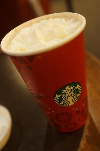 カフェモカとは、エスプレッソにチョコレートシロップやミルクを混ぜたドリンク。こちらのカフェモカは、クリスマス仕様のカップが可愛いですね。