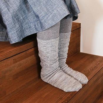 そのほか、くらしきぬでは期間限定商品もあるので、要チェック。  例えば、こちらは過去、春夏期間に限定発売された梳毛(そもう)ウールのカバーソックスです。元々、吸湿と放湿性に優れたウール。中でもさらに効果を発揮する梳毛ウールは、汗をかきやすい春夏にピッタリ。汗冷えしにくい素材です。